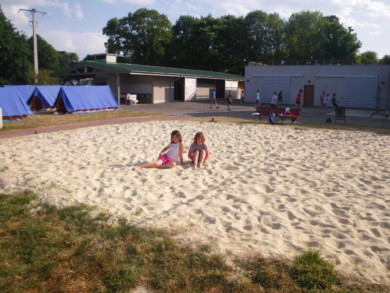terrain de beach-volley sur la base