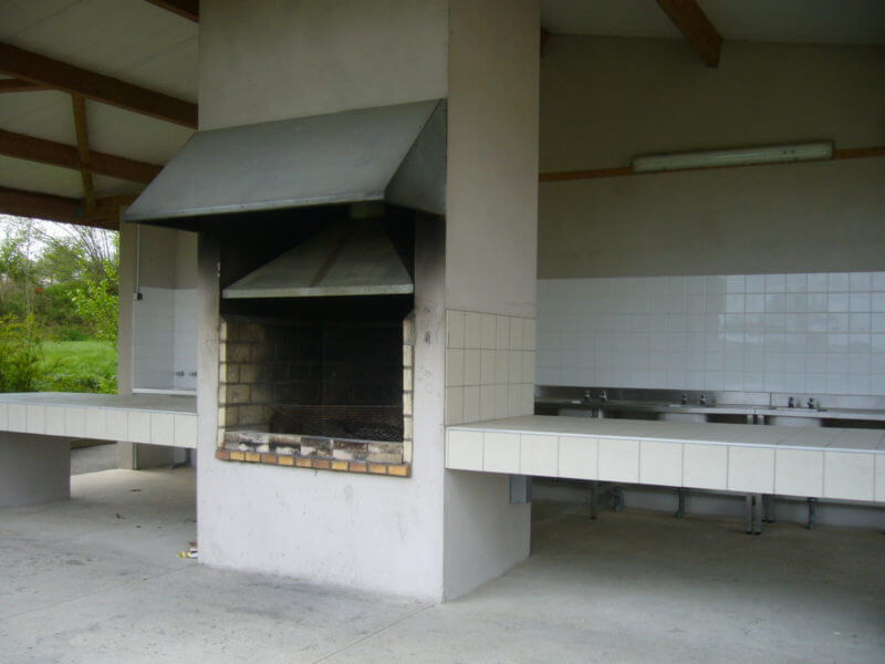 Barbecue cuisine d'été sur le camping