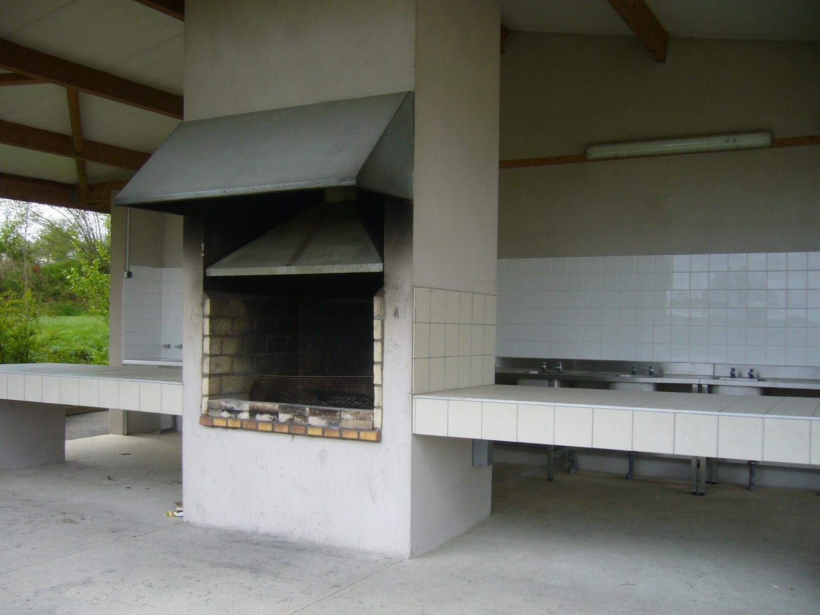 Barbecue et cuisine d'été sur le camping